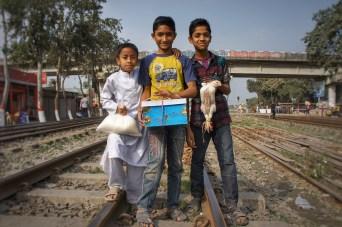 ... lustig waren die Jungs in der Nähe von Dhaka, die wohl auf dem Weg zu einem Geburtstag waren (Hühnchen als Geburtstagsgeschenk?)...