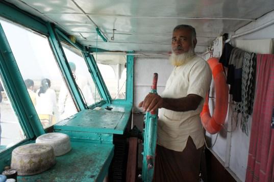 Am nächsten Tag von Bhola Island nach Barisal: Der Kapitän ist sichtlich stolz auf sein Schiff. Mein Gedanke beim Betreten ist nur: Ist Bangladesch nicht das Land, wo andauernd Schiffe kentern?