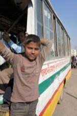 Nein, der Junge ist kein Fahrgast, sondern der Schaffner dieses Busses: Er stellt sicher, dass Fahrgäste ein- und ausgestiegen sind, verkauft Tickets (bzw. sammelt das Geld dafür ein),...