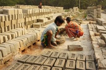 Wie Kuchen backen, nur mit größeren Formen. Anschließend werden die Steine für ein bis zwei Tage in der Sonne trocknen gelassen