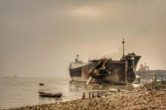 Kaum am Ort des Geschehens angekommen, demonstrieren die Arbeiter, wie Shipbreaking funktioniert und legen den Bug des Schiffs um. Unter einem ziemlich lauten Krachen kippt der Bug ins Wasser