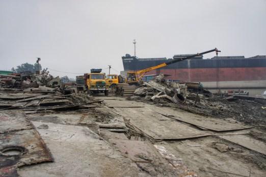 Die Schiffsteile werden auf Lkw verladen