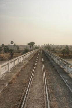 Häufig sind Eisenbahn- und Straßenbrücken kombiniert. Diese ist es zwar nicht, sieht aber genauso aus wie die Kombinierten auf dieser Strecke (Bagan - Mandalay)