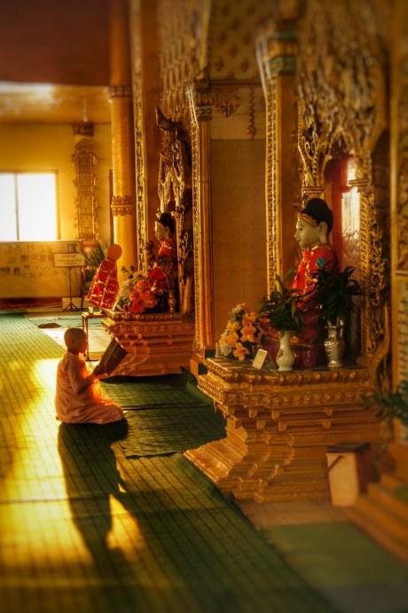 Im Tempel in Namkham ist diese Geistliche dem Buddha ganz nahe