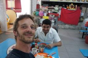 Lehrreiche Stunden bei meinem Couchsurfing-Gastgeber Jai - hier beim gemeinsamen Frühstück