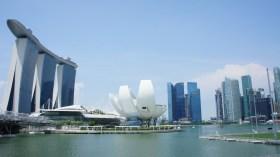 """Blick auf die Marina Bay und das Hotel """"Marina Bay Sands"""" - eines der am meisten fotografierten Gebäude der Welt"""
