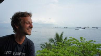 Blick von Sentosa Island in Richtung Süden auf die Strait of Singapore. Wegen des regen Schiffsverkehrs und der damit verbundenen Wasserverschmutzung sollte man hier lieber nicht baden. Nur wenige Kilometer entfernt - irgendwo im Hintergrund - liegt auch die Insel, auf die der Müll Singapurs geschafft wird