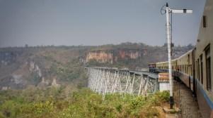 Der Goteik-Viaduct (Strecke Mandalay - Lashio) ist die höchste Eisenbahnbrücke Myanmars. Die von einem amerikanischen Stahlunternehmen um 1900 erbaute Brücke hielt anscheinend 100 Jahre ohne Wartungsarbeiten durch. Mit Schrittgeschwindigkeit gehts über die Schlucht
