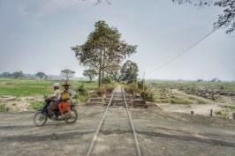 Die Gleislage ist meistens sehr abenteuerlich, wie z.B. hier zwischen Kalay und Gangaw im Westen Myanmars