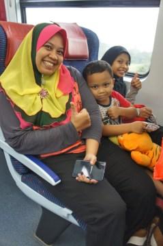Malayische Familie unterwegs im Zug