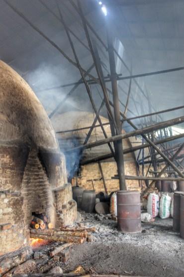 In diesen Öfen wird Holzkohle hergestellt. Im Inneren des Ofens stehen dicht an dicht die Mangrovenstämme. Doch nur an dieser Öffnung lodert das Feuer. Innerhalb von 15 bis 20 Tagen - je nach größe der Flamme - trocknen die Mangrovenstämme und werden zu Holzkohle