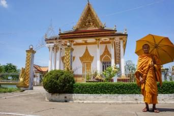 Beim Besuch einer Tempelanlage in Battambang sprach mich Tom, der Mönch an