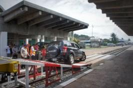 Kambodschaner tun sich schwer mit dem Autofahren. Bis vor kurzem gab es kaum Verkehr und viele Fahrer scheinen mit den derzeitigen Verkehrsaufkommen überfordert zu sein. Um sich sicherer zu fühlen, greifen viele Kambodschaner auf ein SUV zurück - der Typenmix wird eindeutig von SUV dominiert. Doch ein großes Auto hilft auch nicht, die Rampe vom Autozug runterzukommen. Der Fahrer hier hat es jedenfalls nicht geschafft (in Sihanoukville)