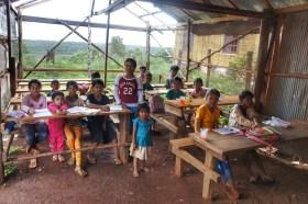 Eine kleine, bescheidene Schule im Dörfchen O Soum