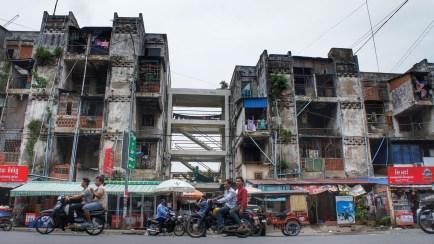 Das White Building wurde im Jahr 1963 für einkommensschwächere und durchschnittliche Personengruppen gebaut, um dem immensen Bevölkerungswachstum gerecht zu werden. Das Gebäude, von kambodschanischen und französisch-russischen Architekten geplant, ist ein Symbol für die Neue Khmer-Architektur. Nach dem Bürgerkrieg ist das Viertel wegen Drogenkonsum, Prostitution etc. in Verruf geraten. Außerdem legten die Bewohner am Gebäude selbst Hand an und erweiterten z.B. die Balkone. Auch wenn das Viertel mittlerweile seinen schlechten Ruf abgelegt hat: Das Gebäude ist statisch nicht mehr sicher - eine grundlegende Sanierung wäre dringend erforderlich. Doch die Stadtverwaltung plant Größeres: Das Gebäude, das vorwiegend von einkommensschwächeren Familien bewohnt wird, soll den Neubauten für wohlhabende Mieter weichen. Die jetzigen Bewohner sollen von der Innenstadt an den Stadtrand umgesiedelt werden