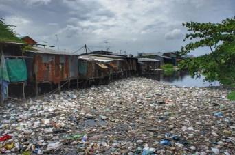Einige Kilometer flussabwärts hat sich dieser Stausee an Plastikflaschen, Styroporbehältern und anderem Unrat gesammelt. Hinter den Häusern befinden sich übrigens die Schreinereien, in denen nach der traditioneller Khmer'schen Handwerkskunst gearbeitet wird