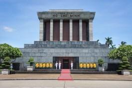 Hier ruht Ho Chi Minh. An einigen Tagen in der Woche und dann nur für wenige Stunden ist es möglich, ihm Ehre zu erweisen und seinen in einem Glaskasten aufgebahrten Leichnam zu umrunden