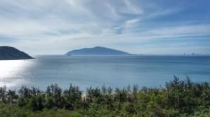 Während der langsamen Bergfahrt hinauf zum Wolkenpass ergeben sich diese tollen Blicke auf die Bucht von Danang (Golf von Tonkin/Südchinesisches Meer)