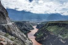Nach 16 Kilometern weitet sich die Schlucht - das Ende der Tiger Leaping Gorge ist erreicht. Bislang ist die Schlucht von Staudämmen bzw. vom aufgestauten Wasser flussabwärts liegender Wasserkraftwerke verschont geblieben