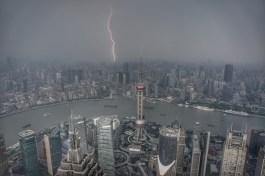 Auch auf Shanghai kann der Drei-Schluchten-Staudamm Auswirkungen haben. Wegen veränderter Fließgeschwindigkeiten erreichen einige Materialen, die zur Stabilität der Böden beigetragen haben nicht mehr die flussabwärts liegenden Gebiete. Noch steht Shanghai - und die Hochhäuser halten sogar diesem Sommergewitter stand