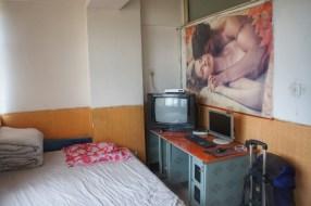 Um die nackten Hotelwände bunter zu machen, wird häufig auf Poster mit viel Hautfarbe zurückgegriffen