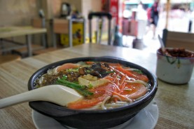 Suppen sind so gut wie überall erhältlich. Diese Nudelsuppe wurde u.a. von Tomatenstücken, Pilzen und ein bisschen Wurst bereichert