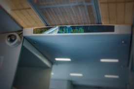 Auf der kurzen Strecke zwischen Innenstadt und Flughafen schafft es der Transrapid auf 431 km/h. In der Tat ist das Reisegefühl –abgesehen von der Magnetschwebetechnologie –ein anderes als bei den üblichen 300 km/h im Hochgeschwindigkeitsverkehr. So schnell kann man gar nicht schauen...