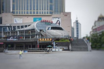 Die Millionenstadt Huaihua (Hunan-Provinz) glänzt nicht gerade durch Schönheit. In der Innenstadt fallen jedoch ein paar interessante Gebäude auf wie dieses als Zug gestaltete Teil einer Shoppingmall...