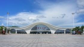 Kein Bahnhof für Hochgeschwindigkeitszüge gleicht einem anderen. Nur eins haben sie gemeinsam: Sie sind riesig, so wie dieser hier in Fangchenggang (Guangxi-Provinz, Südchina)
