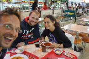 Mittagessen mit Alex und Ela: Mein erstes Kartoffelpüree seit Langem, mit Kraut und Geschnetzeltem. In einer Fressmeile einer Shopping-Mall in Chita