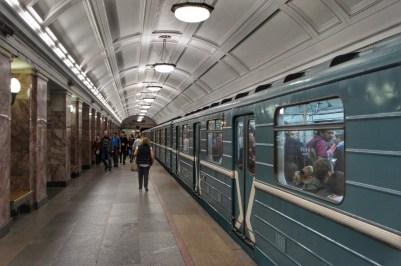 U-Bahnfahren in Moskau ist immer wieder ein Erlebnis: Erstens wegen der prunkvollen Bahnhöfe. Zweitens wegen des verwirrenden Liniennetzes, bei dem selbst ich manchmal die Orientierung verliere. Doch letztes ist halb so schlimm, denn kaum verlässt die eine Bahn die Station, folgt bereits die nächste