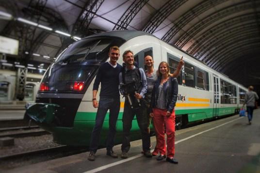 """""""Herzlich Willkommen wieder zurück"""" - hieß es von meinem Bruder, Jette und Markus, die mich in Dresden im Hauptbahnhof im August 2016 in Empfang nahmen. Damit schließt sich der Kreis meiner Reise. Hinter mir liegen Orte, die wohl zu den spannendsten und schönsten dieser Welt zählen. Mein Ziel, ausschließlich auf dem Landweg zu reisen, habe ich erreicht"""