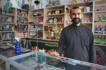Die Mittagshitze verbrachten wir bei Mehdis Freund Mohammad, stolzer Besitzer eines Ladens, in dem von Parfüm über Ringe bis zu gebrauchtem (und entschärftem) Militärequipment alles zu erwerben war.