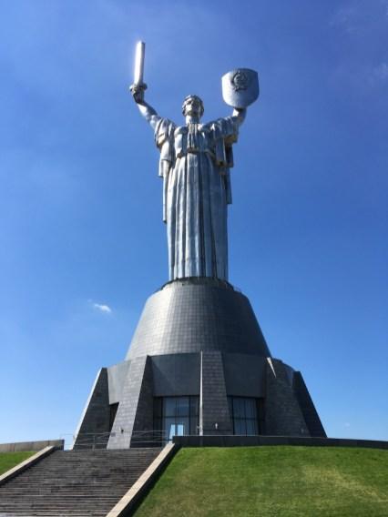 Über 60 Meter ist die Statue hoch, mit Sockel sogar gut 100 Meter. Auf dem Schild gibt es eine Aussichtsplattform –doch die war zu meinem Besuch geschlossen, da sich das Metall in der Sonne zu stark aufgeheizt hat. Und das um 11 Uhr morgens...