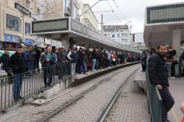 Warten auf die nächste Stadtbahn im Zentrum von Tunis.