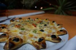 Warum nicht mal eine Pizza mit Olivenrand ausprobieren? Hier, in einem Fast Food-Restaurant in Tozeur.