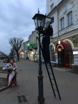 In der Fußgängerzone von Brest werden die Straßenlaternen mit Gas befeuert. Zu einer öffentlich bekanntgegebenen Zeit erscheint dieser Wärter und zündet Laterne für Laterne an.
