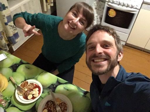 Meine Gastgeberin Nastya hatte eine kleine Überraschung parat: Zu später Stunde zauberte sie noch leckere Сырники (Syrniki) –eine Süßspeise, vergleichbar mit unseren Quarkkäulchen.