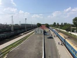 """Ankunft in Wolnowacha mit dem Zug aus Mariupol. Vor dem Ukrainekonflikt fuhren die Züge weiter nach Donetsk. Heute steigt man hier in die Marshrutka zum ukrainischen Kontrollposten (""""Blok-Post"""") um."""