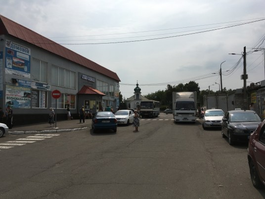 Warten auf die Marshrutka zum ukrainischen Kontrollposten am Busbahnhof von Wolnowacha.