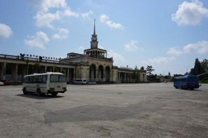 …bis zu den großen Verkehrsstationen, die die Verbindung zur weiten Welt herstellen –hier der Bahnhof von Sochumi.