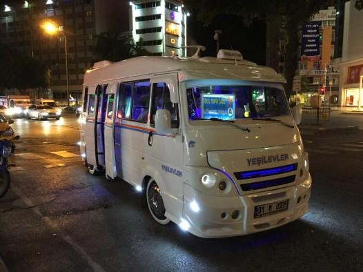 Fancy Stadtbus, der in Adana seine Runden dreht