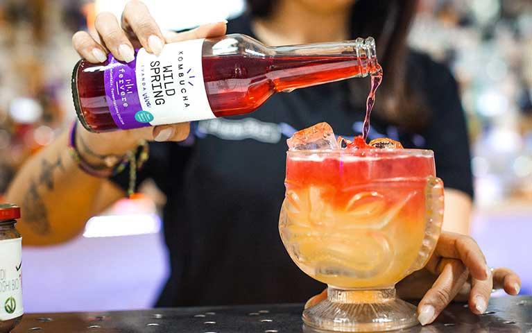bottiglia di kombucha durante la preparazione di un cocktail