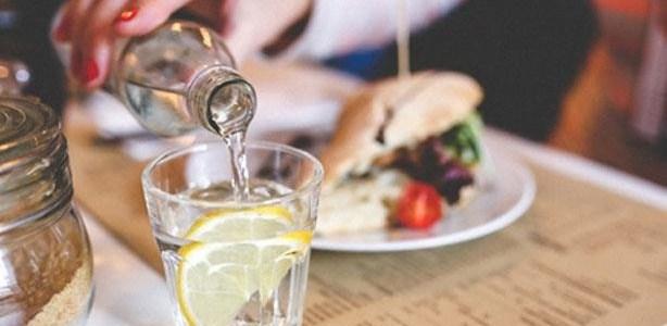 أطباء: شرب السوائل بعد الأكل مضر لعملية الهضم