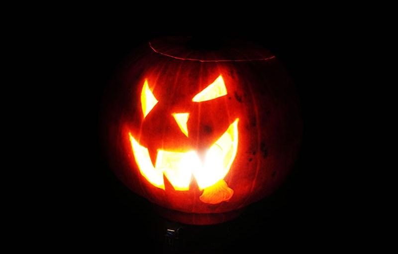 Halloween Pu(m)pkin – Wie man selbst zur Deko wird (mit Video)