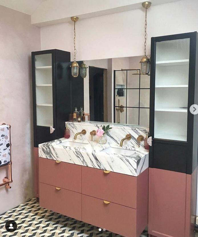 łazienka z różowym mikrocementem na ścianie