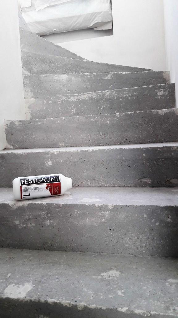 mikrocement na schodach - gruntowanie