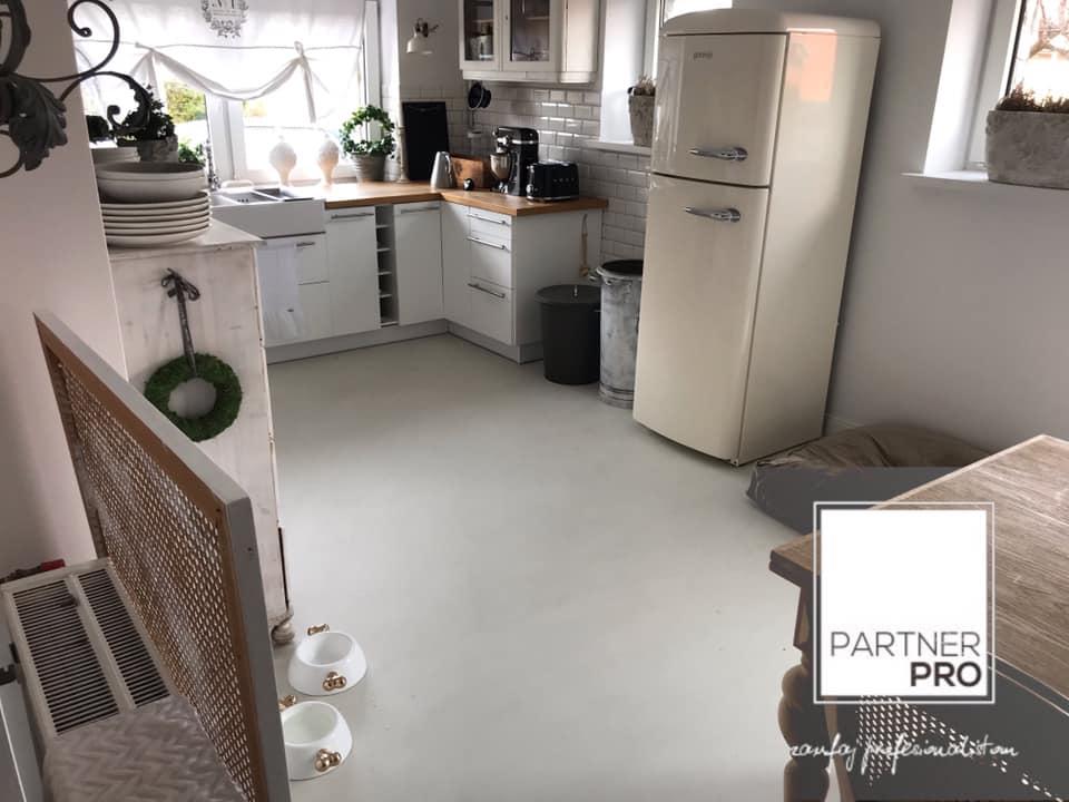 podłoga z mikrobetonu w domu z elementami stylu prowansalskiego - kuchnia