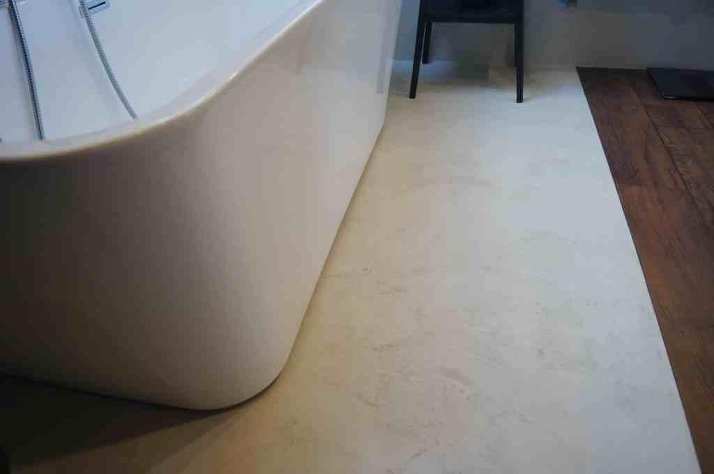 łączenie betonu i drewna w łazience