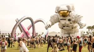 crowd-of-people-at-music-festival-with-giant-inflatable-astronaut